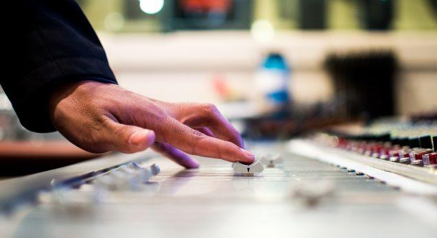 mieten sie nicht nur einen Gebärdensprachdolmetscher sondern eine induktiven Höranlagen